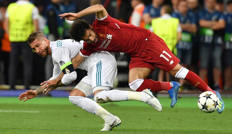 Na última decisão, Sergio Ramos lesionou o ombro de Salah, que precisou ser substituído logo no começo do jogo — Foto: AFP