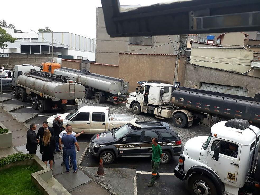 """Dois foram presos e quatro caminhões apreendidos durante a operação """"Óleo da Mantiqueira"""" em Barbacena (Foto: Polícia Civil/Divulgação)"""
