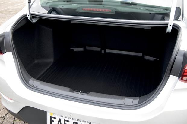 Porta-malas é menor do que os 500 litros do Prisma (Foto: Marcos Camargo/Autoesporte)