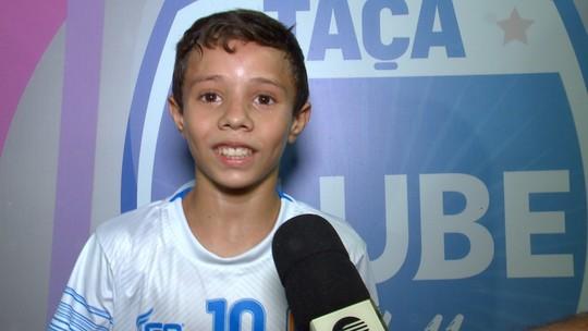 """Meia viaja 370km para estrear em torneio, marca 2 gols e emociona: """"É difícil, mas vale a pena"""""""