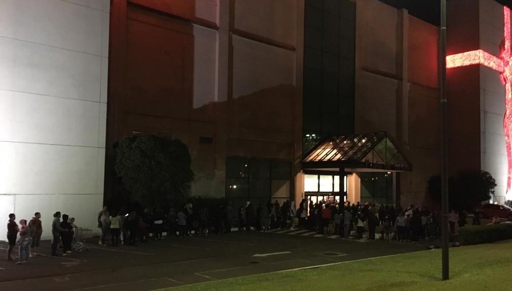 Às 2h30 da manhã, consumidores já faziam fila em frente ao shopping Praia de Belas, em Porto Alegre — Foto: Samuel Vettori/G1