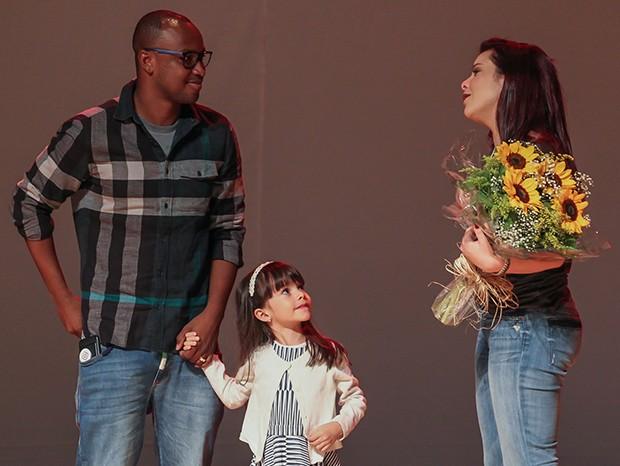 Fernanda Souza com Thiaguinho e a sobrinha, Isabeli (Foto: Manuela Scarpa/Brazil News)