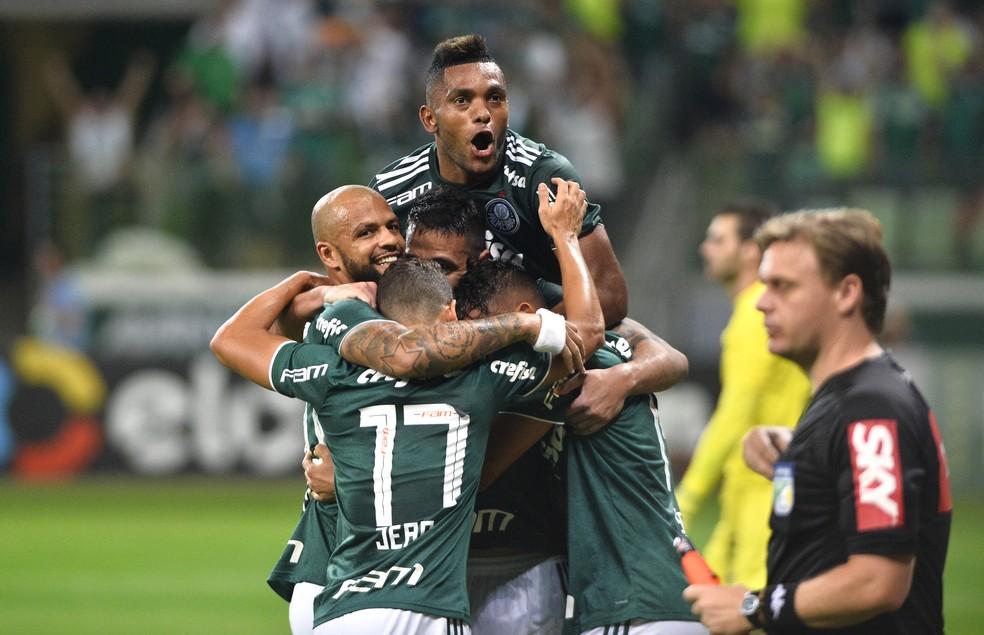 Jean, Borja, Gustavo Scarpa, Felipe Melo e Thiago Santos comemoram em Palmeiras x Fluminense — Foto:  Marcos Ribolli