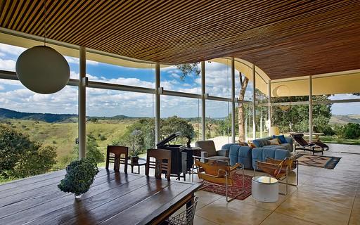 Olhe para cima: 17 projetos em que o teto ganha destaque na decoração