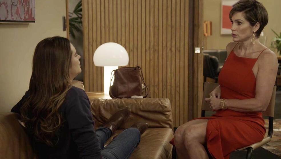 Luna (Juliana Paiva) fica frente a frente com Helena (Flávia Alessandra) em 'Salve-se Quem Puder' — Foto: Globo