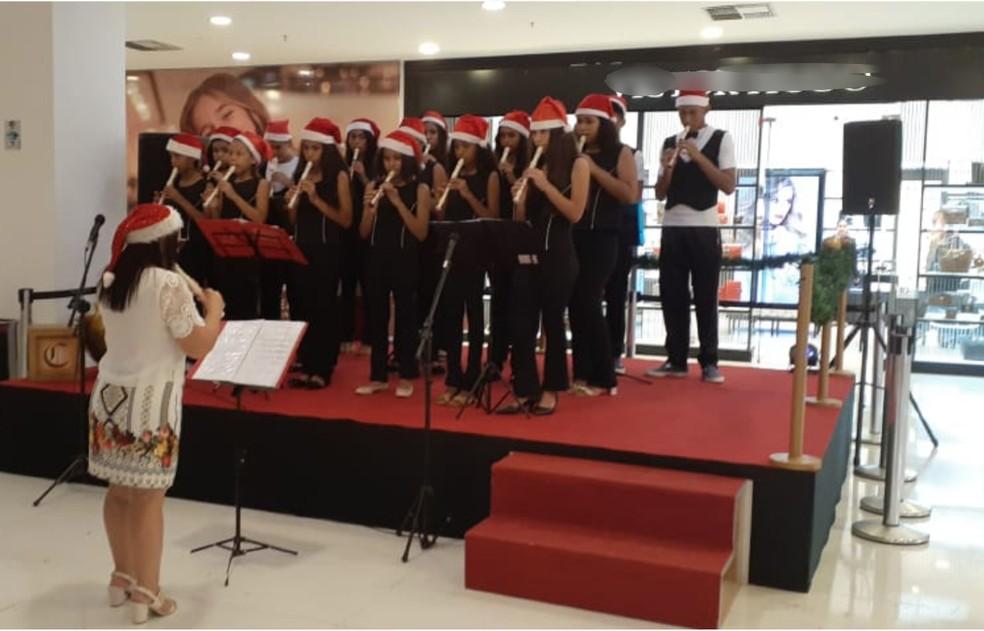 Corais e bandas se apresentam em especial de Natal — Foto: Goiabeiras Shopping/Divulgação