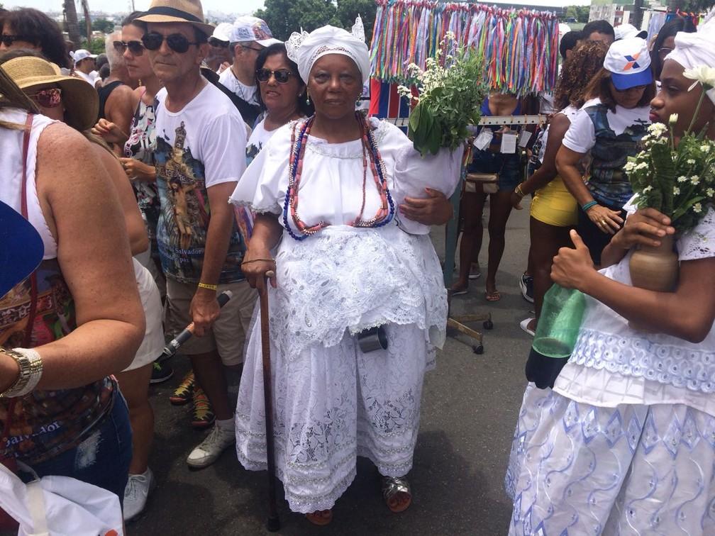 Márcia dos Santos é católica, e foi à Lavagem vestida de baiana para pagar uma promessa (Foto: Itana Alencar/ G1)
