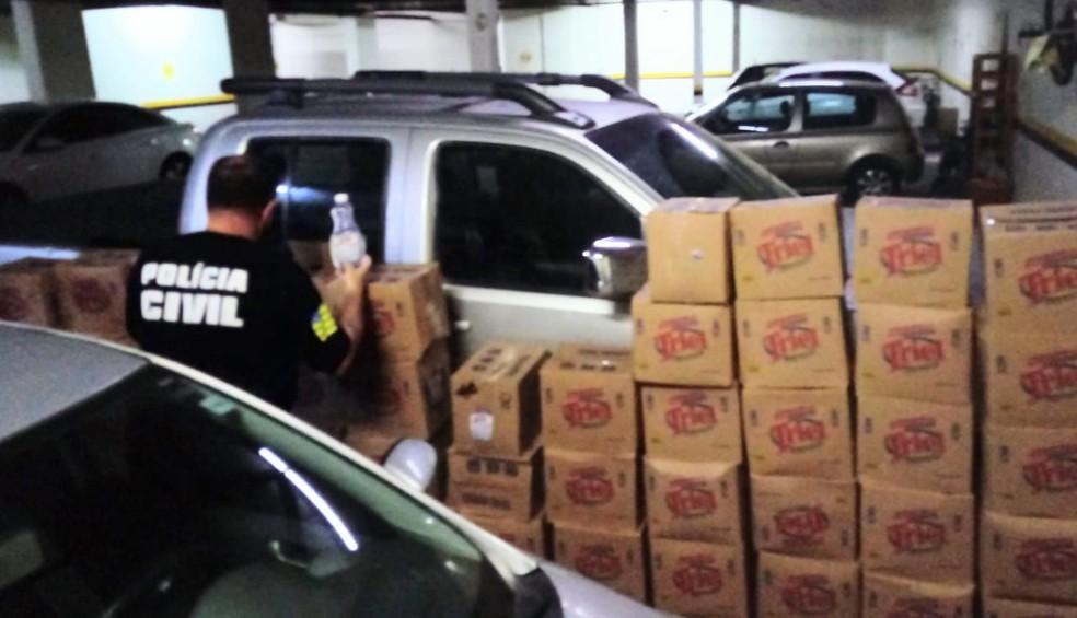 Polícia Civil apreende caixas com álcool gel em garagem de um condomínio, em Goiânia — Foto: Polícia Civil/Divulgação