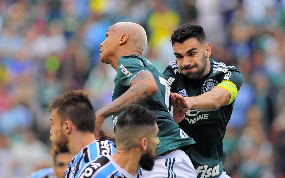 Palmeiras no alto: Deyverson e Bruno Henrique sobem mais que os adversários — Foto: Marcos Ribolli