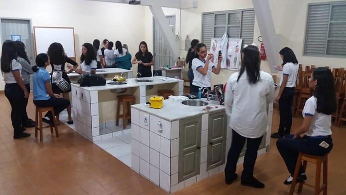 Aula prática em laboratório na Escola São Raimundo Nonato, em Santarém — Foto: Colégio São Raimundo Nonato/Facebook/Reprodução