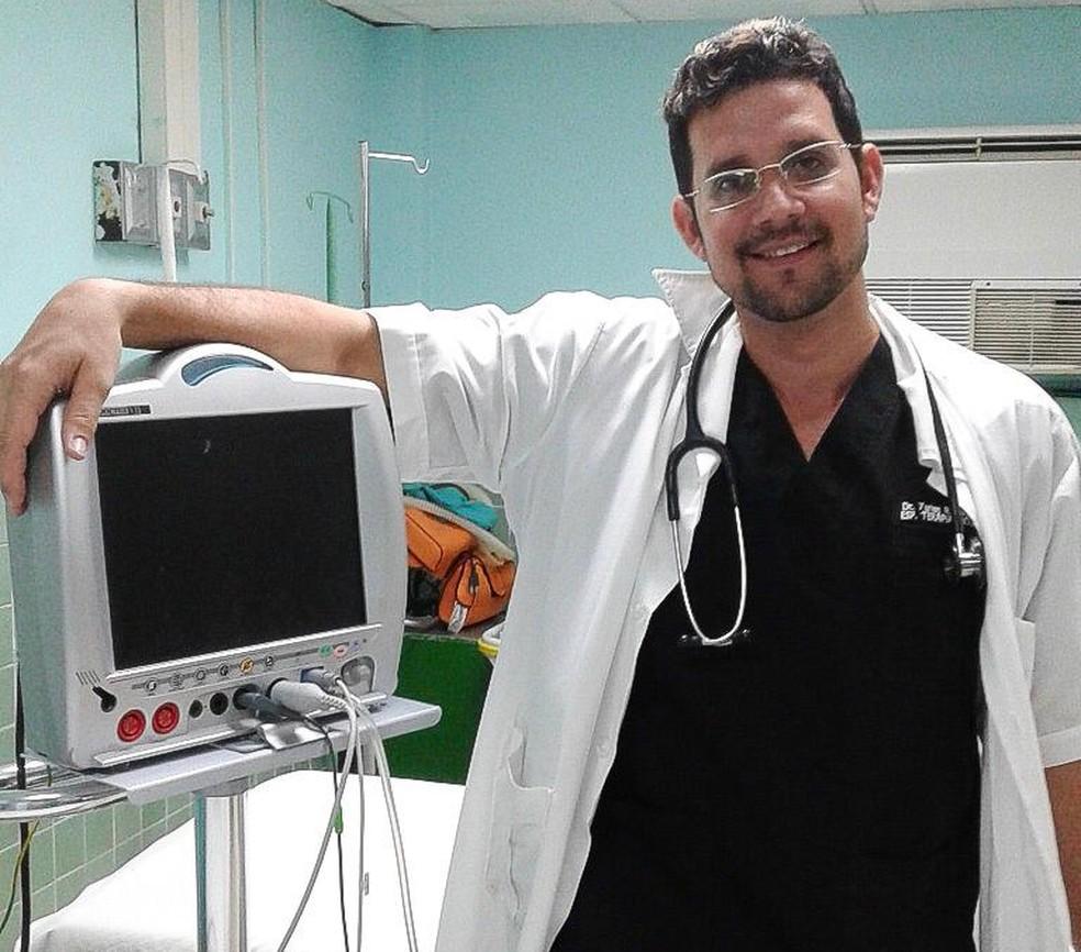 Médico cubano Yurian Pérez em imagem de arquivo em hospital de Las Tunas — Foto: Arquivo pessoal