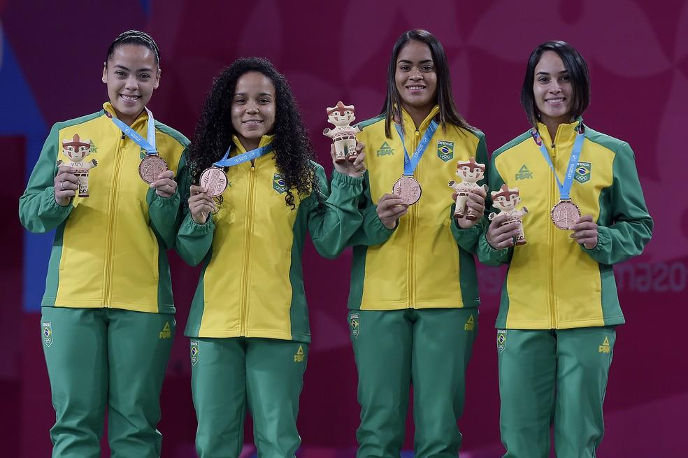 Tamires Santos, Fabiana Silva, Jaqueline Lima e Samia Lima com o bronze na duplas femininas — Foto: Alexandre Loureiro/COB