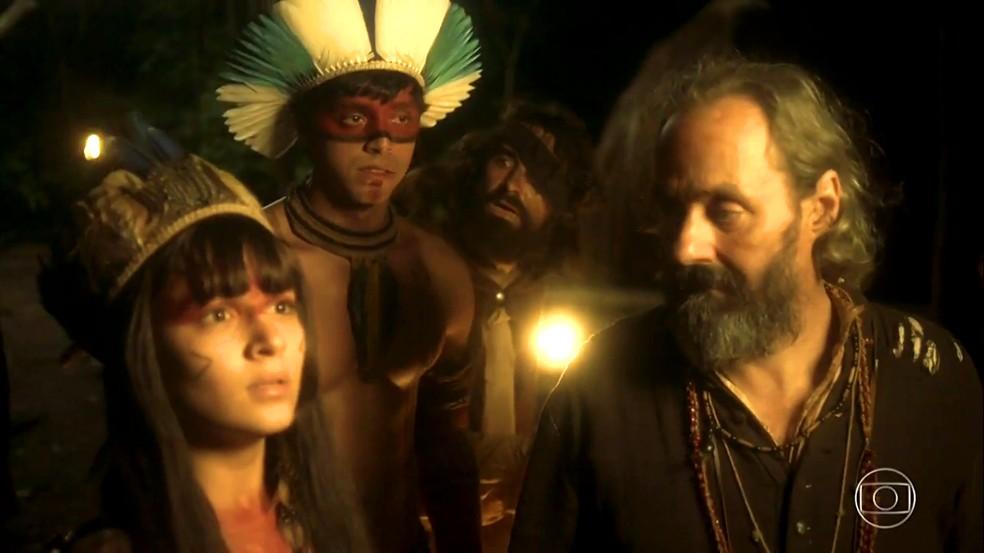 Jacira (Giullia Buscacio) fica chocada com a atitude do cacique de expulsar Piatã (Rodrigo Simas) e padre Olinto (Daniel Dantas) da aldeia, em 'Novo Mundo' — Foto: TV Globo