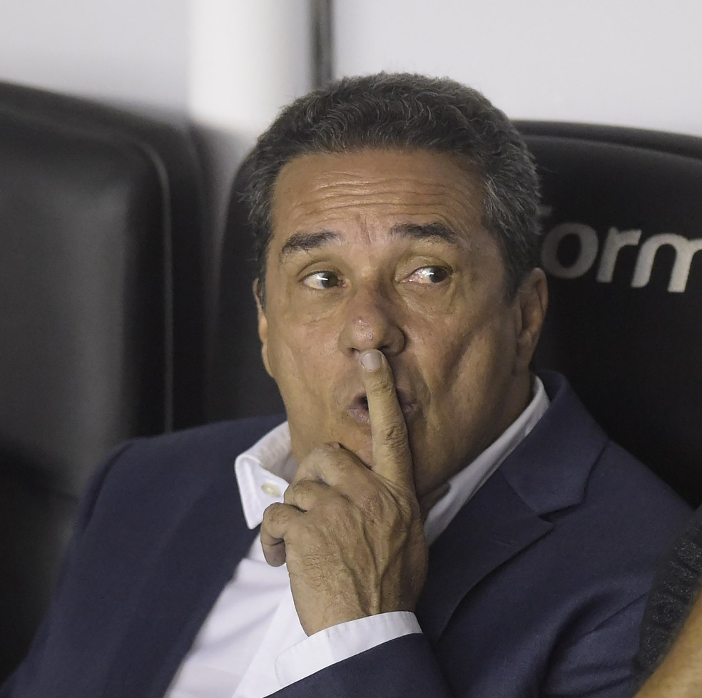 Vanderlei Luxemburgo avisou que passará a fazer treinos abertos no Vasco — Foto: André Durão