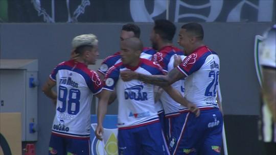 Gilberto desvia bola com categoria para marcar o gol do Bahia