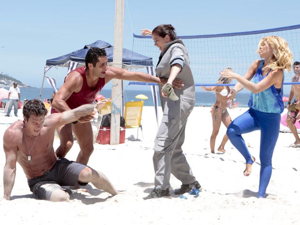 Ferdinand é surpreendido pelo ataque de Griselda e Teodora em 'Fina Estampa' — Foto: Globo