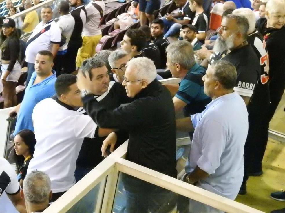 Carlos Leão disse que foi ofendido e  aumentou o tom contra torcedores — Foto: Fred Gomes