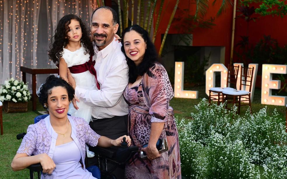 Família de Ellyse Pêpe, diagnosticada com paralisia cerebral (Foto: Fotografia André Santana)