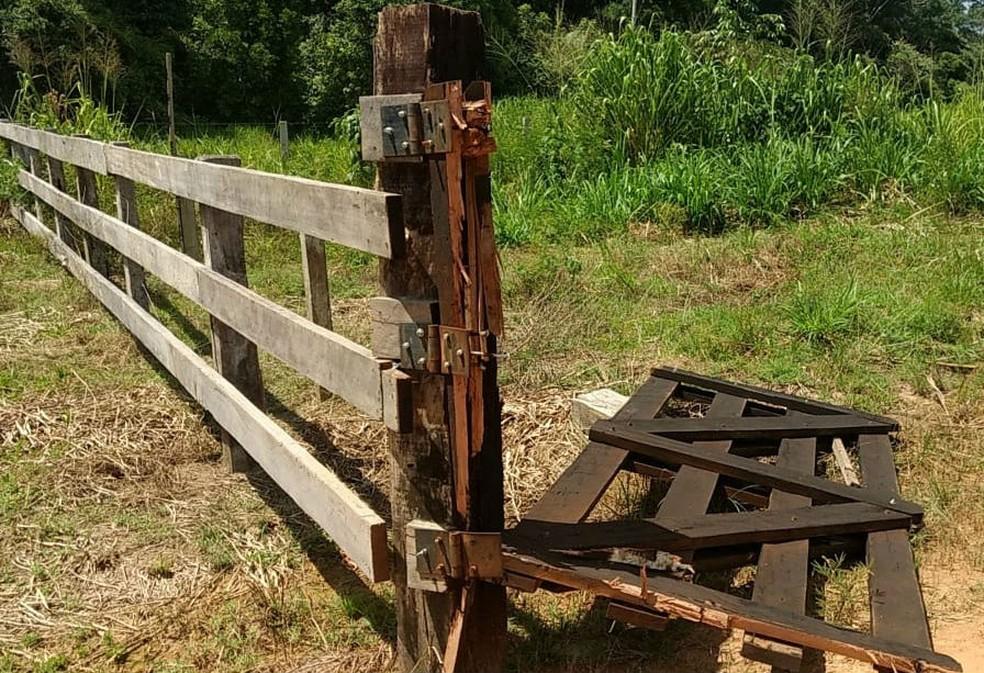 Invasores também danificaram o portão usado no controle de tráfego na Estrada Parque — Foto: Divulgação/PM