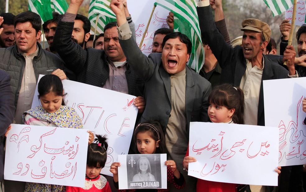 Manifestantes dizem que autoridades não estão fazendo o suficiente para dar fim aos crimes (Foto: Reuters/Faisal Mahmood)