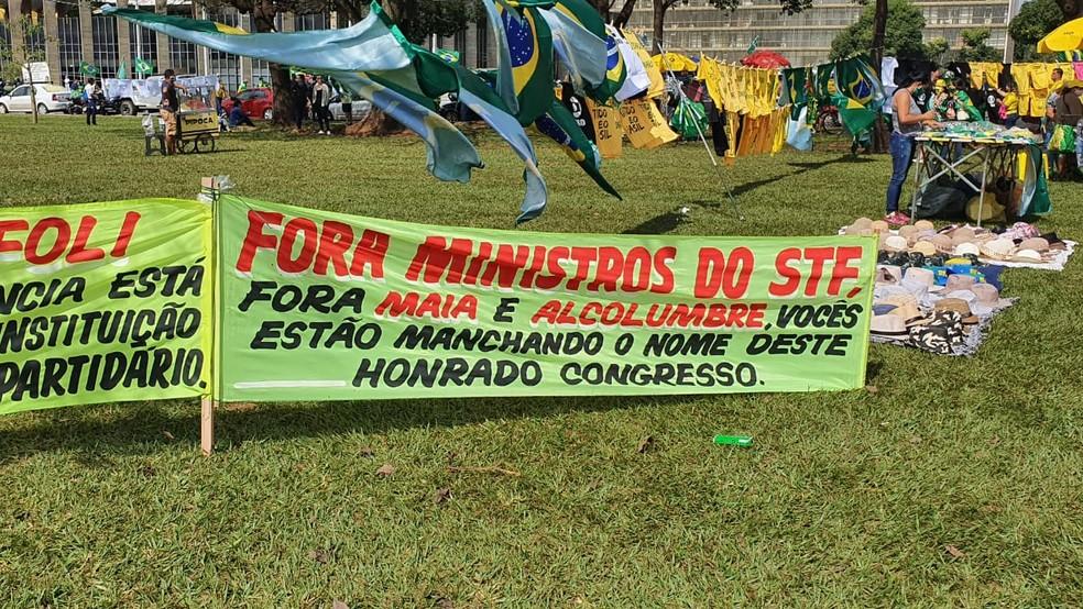 Faixa na manifestação de apoiadores de Bolsonaro no gramado do Congresso — Foto: Pedro Borges / TV Globo