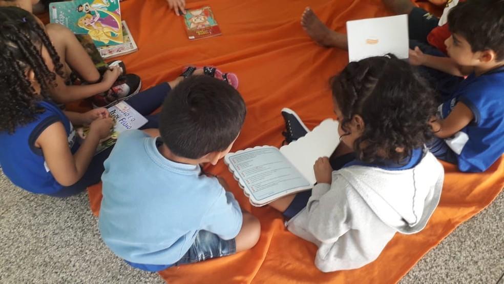 Crianças precisam ter contato com livros durante isolamento social — Foto: Victor Vidigal/G1