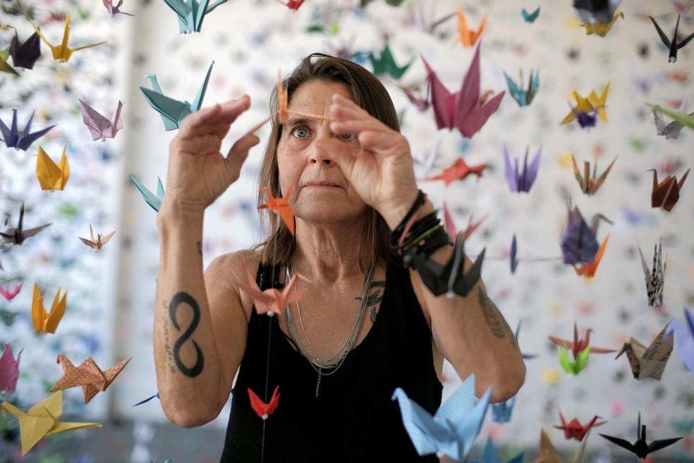 Artista cria um memorial de tsurus, origami que imita um pássaro, para as vítimas de Covid-19 nos EUA — Foto: AP Photo/Richard Vogel
