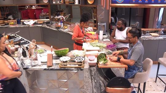 Gabriela, Vanderson e Rodrigo conversam na cozinha sobre estalecas