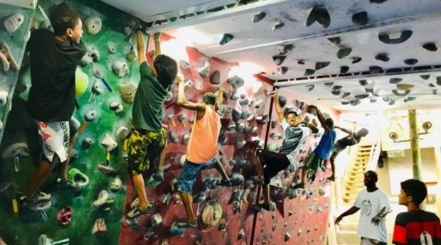 No momento, o Favela Radical oferece aulas de surfe, escalada e natação (Foto: Reprodução/Facebook)