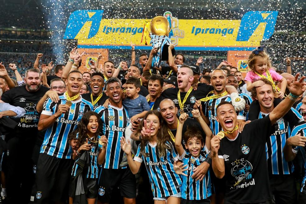 Jogadores do Grêmio comemoram o título gaúcho — Foto: Diego Vara/BP Filmes
