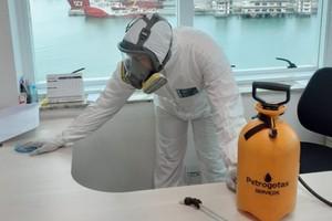 Profissional da Petrogotas atua na sanitização de superfícies em instalação de petroleira: demanda explodiu na pandemia