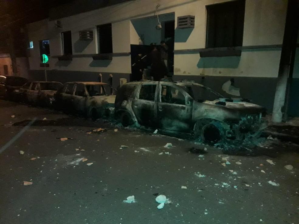Três veículos foram incendiados durante a rebelião — Foto: PM/Divulgação