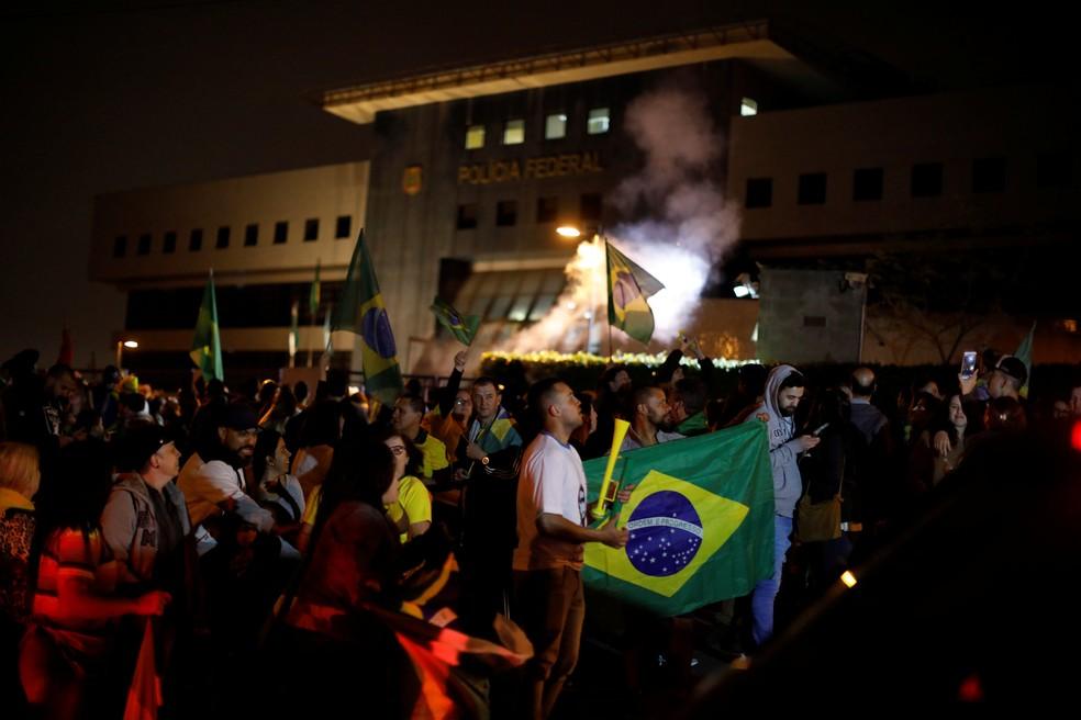 Apoiadores de Bolsonaro comemoram resultado da eleição em frente à sede da PF, em Curitiba — Foto: Rodolfo Buhrer/Reuters