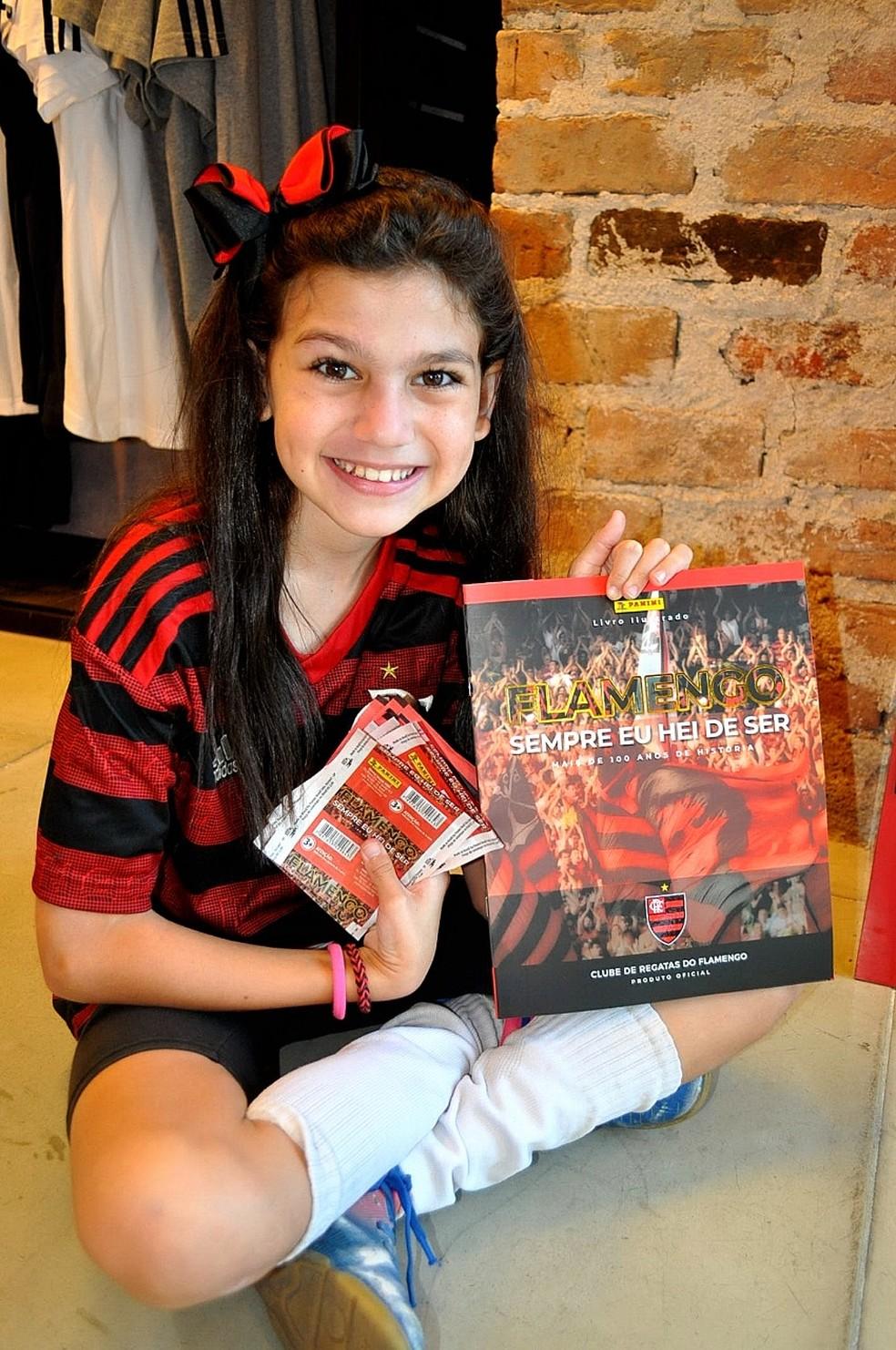 Torcedora posa com álbum e figurinhas do Flamengo — Foto: Rodrigo Tolentino