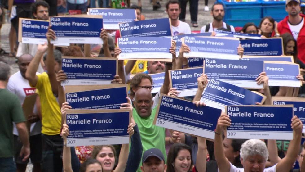 Manifestantes homenagearam Marielle Franco em evento no Centro do Rio de Janeiro — Foto: Reprodução/ TV Globo