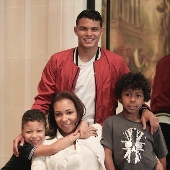 Thiago Silva com a esposa Isabele e os filhos (Foto: Reprodução Instagram)