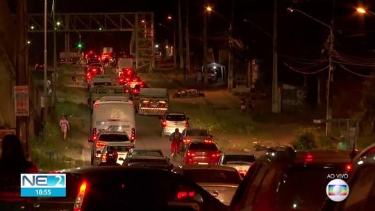 Obra na PE-15 complica o trânsito entre Olinda e Paulista