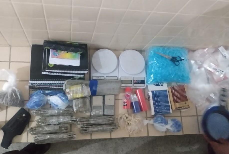 PM acha maconha dentro de geladeira em imóvel utilizado como depósito de drogas em São Vicente