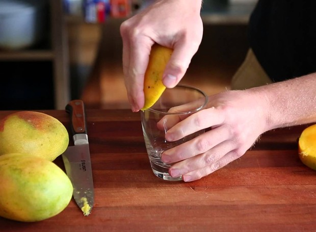 Deslize a manga para baixo para desgrudar a casca (Foto: Youtube)