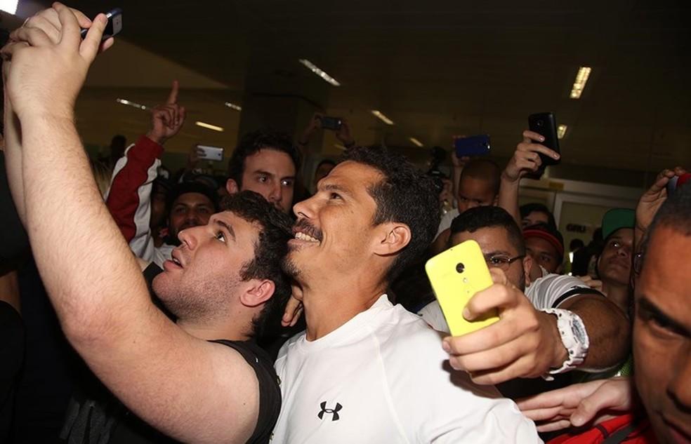 Hernanes tira selfies com torcedores (Foto: Rubens Chiri/Saopaulofc.net)