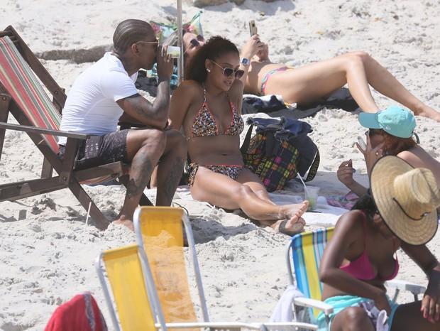 Nego do Borel curte praia no Rio (Foto: AgNews)