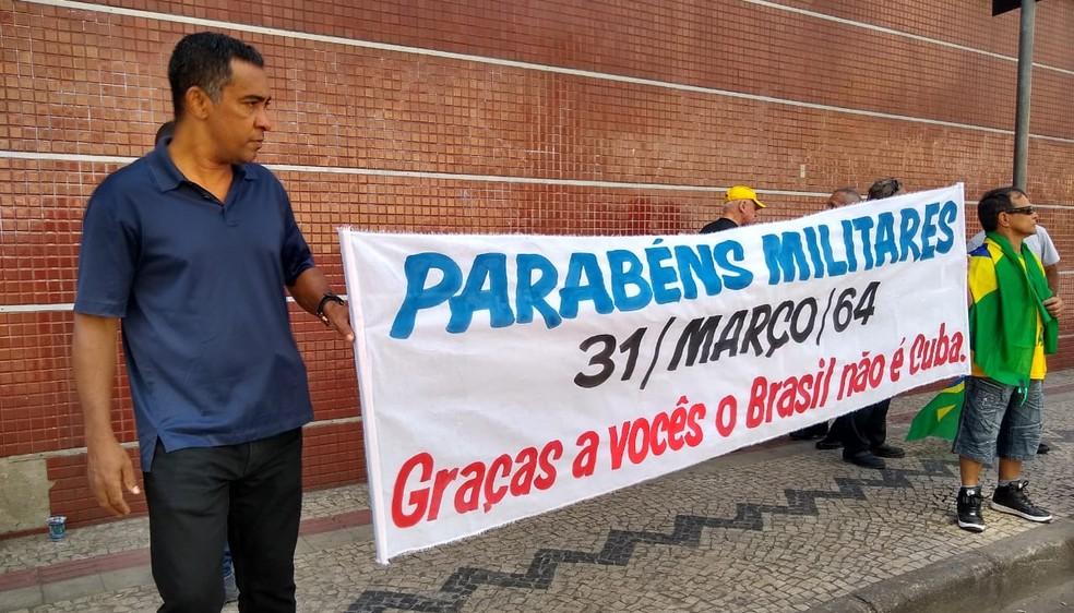 Faixa agradece militares por período no comando do país. — Foto: Larrisa Carvalho/TV Globo