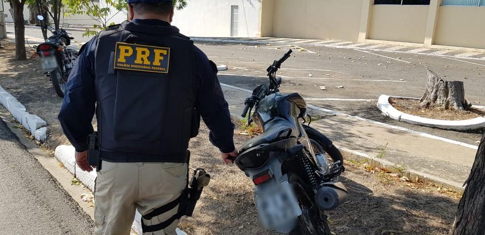 PRF apreende motocicleta com mais de R$ 10 mil em multas — Foto: Divulgação/PRF