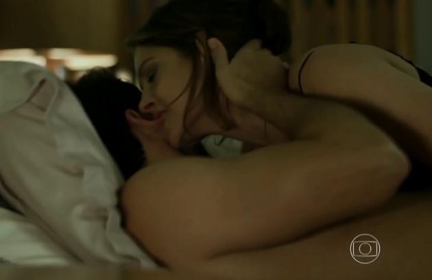 O ator ainda teve sequências picantes com Drica Moraes, a Carolina, mãe de Angel (Foto: Reprodução)