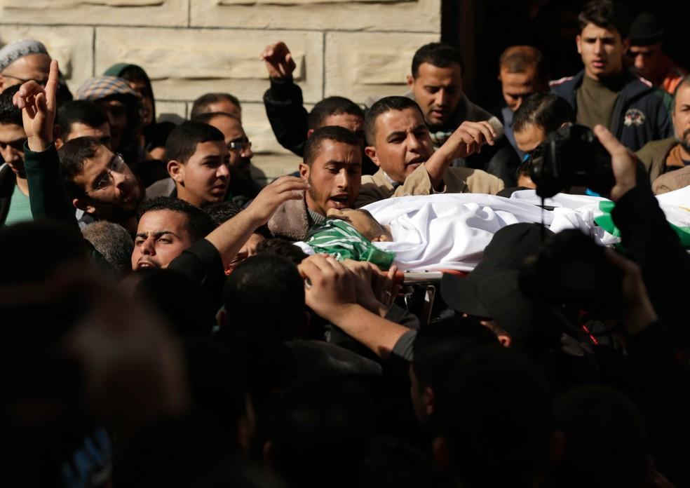 -  Pessoas carregam o corpo de Abdullah Zaiden, um pescadaor de 33 anos morto a tiros pelo exército do Egito na Faixa de Gaza  Foto: Mahmud Hams/AFP