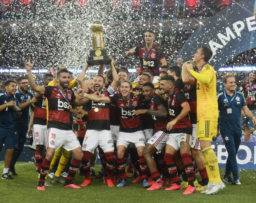 Flamengo ergue a taça da Recopa Sul-Americana — Foto: André Durão