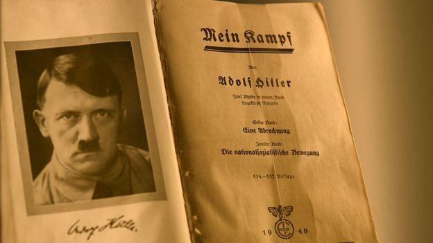 Cópia de Mein Kampf assinada pelo próprio Hitler (Foto: Getty Images via BBC)