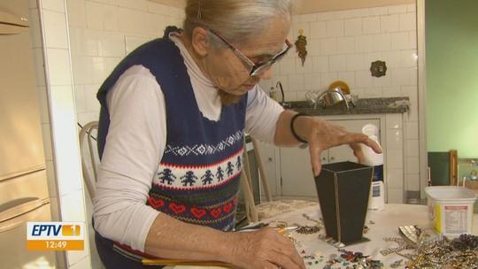 Idosa de 72 anos faz artesanato para ajudar no sustento da filha com deficiência em Rio Claro