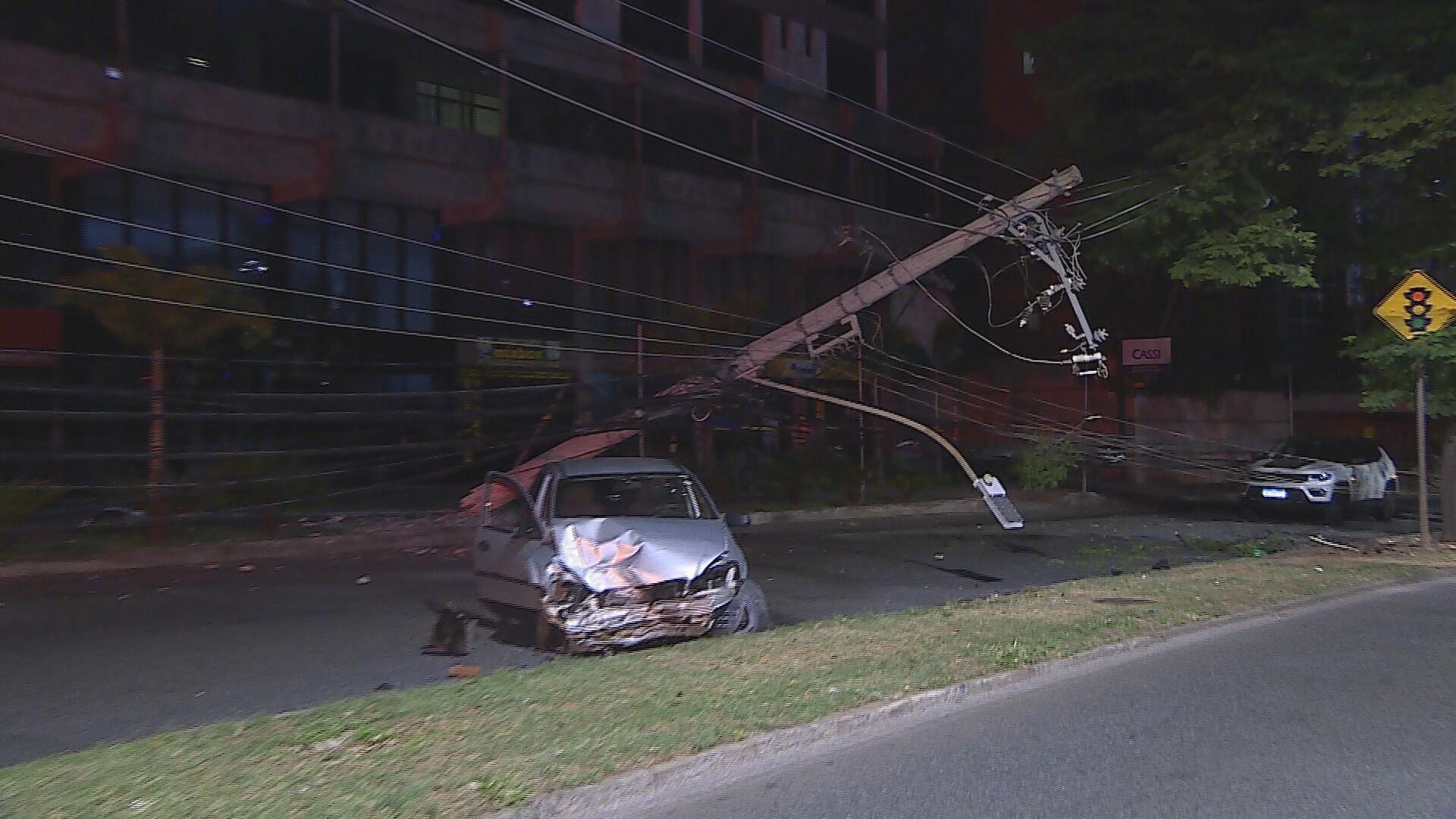 Motorista com suspeita de embriaguez derruba dois postes em avenida de BH