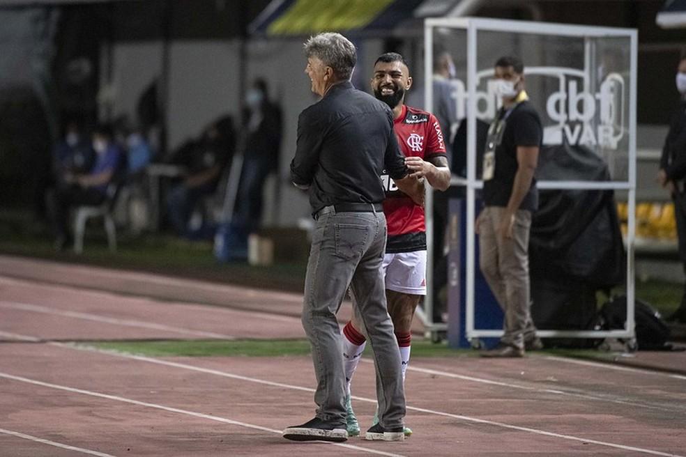 Renato Gaúcho e Gabriel durante vitória sobre o Bahia — Foto: Alexandre Vidal / CRF